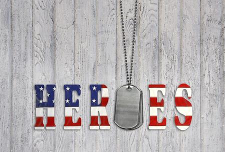 militaire dog tags met vlag lettertype voor helden op oud hout