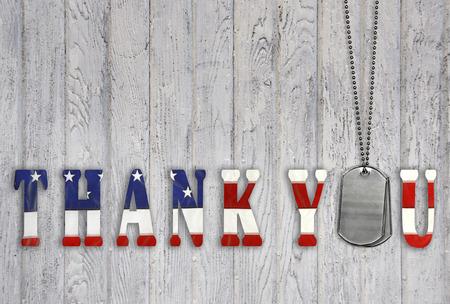 estrellas  de militares: etiquetas de perro militares con la bandera patri�tica de agradecimiento en la madera Foto de archivo