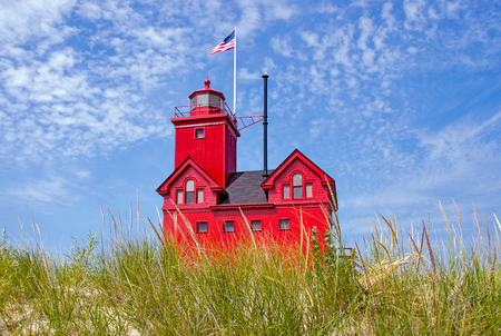 lake michigan lighthouse: red lighthouse in Holland Michigan Foto de archivo