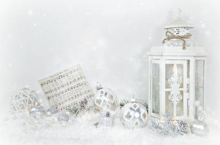 Lantaarn van Kerstmis in de sneeuw met ornamenten en muziek