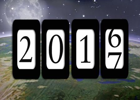 kilometerteller op de planeet aarde achtergrond met maan voor het nieuwe jaar 2017