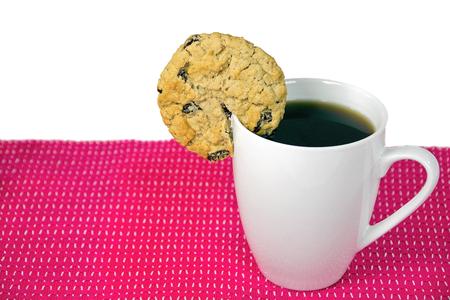 havermout raisin cookie op rand van witte kop met zwarte koffie Stockfoto