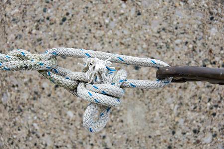 꽉 매듭과 녹슨 후크로 닳은 로프