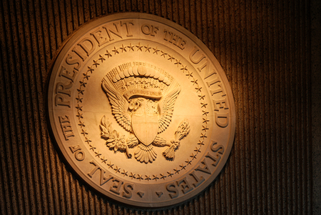 Iluminado sello presidencial en la pared
