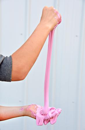 핑크 슬라임을 가지고 노는 어린 소녀