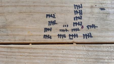 black tally marks on weathered wood 版權商用圖片 - 80620254