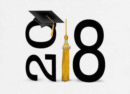 柔らかい白いテクスチャの背景に2018年のクラスのための金のタッセルが付いている黒の卒業キャップ