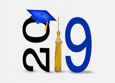 gorro de graduación azul con borla dorada para la clase de 2019 sobre fondo blanco con textura Foto de archivo