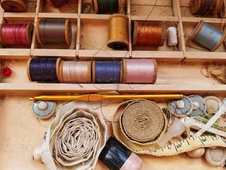 closeup of retro sewing items in vintage box 免版税图像