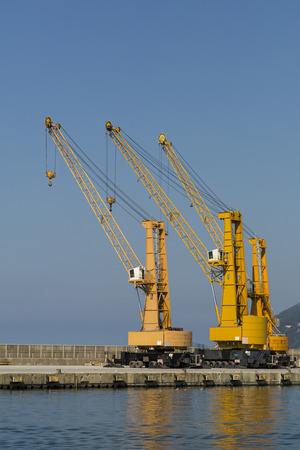 shipload: vista de tres gr�as en un puerto comercial