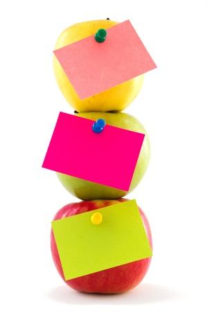 明るい色のステッカーは、白い背景で隔離のカラフルなリンゴを 3 個の垂直成分