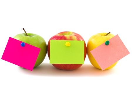 白い背景上に分離されてカラフルなメモ ステッカーでリンゴを 3 個