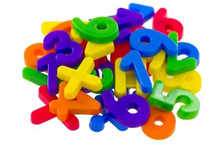 educativo: Variados números y símbolos matemáticos, aisladas sobre fondo blanco.