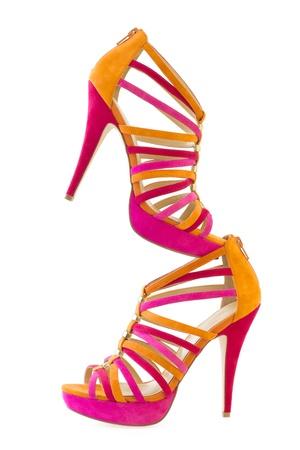白地にピンクとオレンジの靴、垂直の皮をむくの分離します。