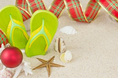 シェルとクリスマス装飾クリスマス夏ビーチ コンセプトに砂のビーチ サンダルします。