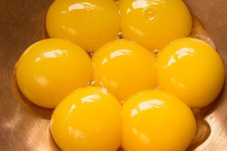 캐 퍼 그릇에 일곱 달걀 노른자 스톡 콘텐츠
