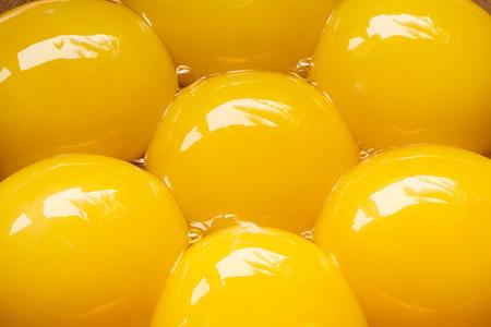 캐 퍼 그릇에 일곱 달걀 yolks가 까이 서 스톡 콘텐츠