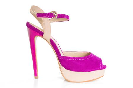 美しいピンクとベージュの高は、白い背景で隔離の靴から捉えた中山間