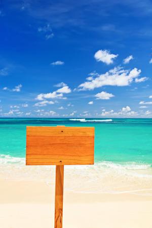 ビーチで空の木製サイン 写真素材