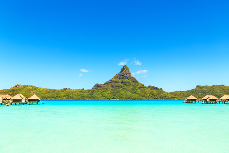 ボラボラ島、タヒチ島、フランス領ポリネシア、太平洋熱帯にターコイズ ブルーのラグーン水上バンガローをマウント オテマヌに表示します。