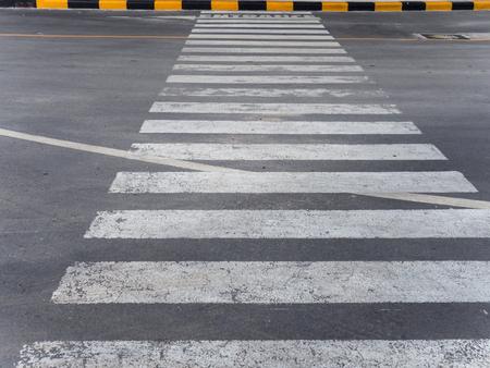 senda peatonal: paso de peatones en la carretera Foto de archivo
