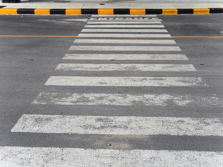 paso de cebra: paso de peatones en la carretera Foto de archivo