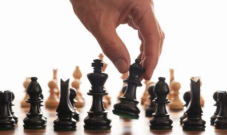 ajedrez: Tablero de ajedrez y recoger parte de la reina sobre un fondo blanco Foto de archivo