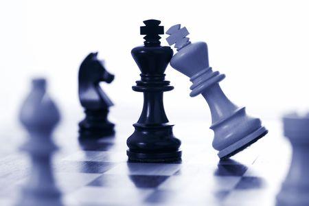 planificacion estrategica: Ataques rey del ajedrez rey blanco negro azul tono Foto de archivo