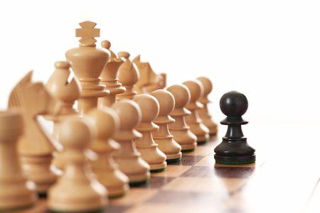 pensamiento estrategico: Pe�n negro dif�cil ej�rcito blanco de piezas de ajedrez enfoque selectivo Foto de archivo