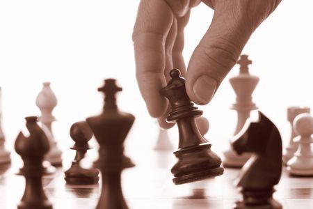 pensamiento estrategico: Juego de ajedrez negro reina avances tono sepia Foto de archivo
