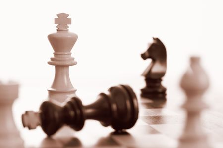 schaakmat: Witte kin wint chess game sepia Toon Stockfoto