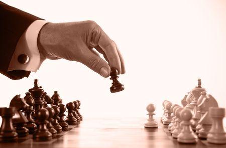 planeaci�n estrategica: hombre de negocios de juego de ajedrez tono sepia enfoque selectivo Foto de archivo