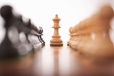 pensamiento estrategico: dos filas de ajedrez con peones rey blanco centro atenci�n selectiva Foto de archivo