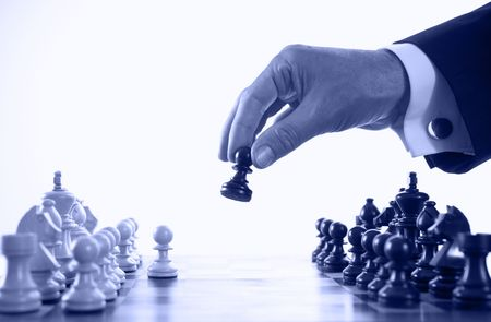 pensamiento estrategico: empresario jugando al ajedrez enfoque selectivo de juego tono azul