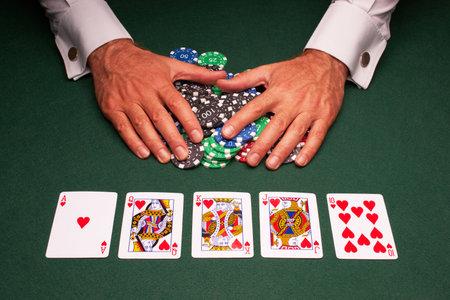 cartas de poker: Victoria de escalera real de mano de Poker close up de tarjeta  Editorial