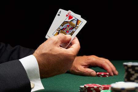 fichas casino: Jugador de Blackjack ganar mano de tarjetas y chips de casino  Editorial