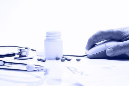 blue toned: Prescrizione medicina e farmacista mano sul mouse del computer in farmacia con blu tonica