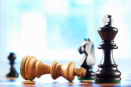 xadrez: chess winner defeats white king abstract blue background  Banco de Imagens