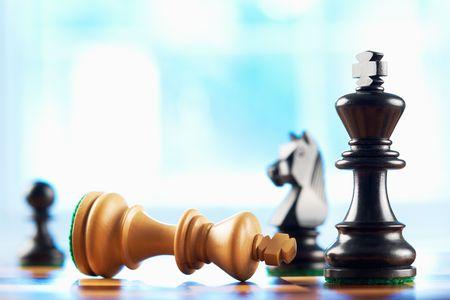 estrategia: derrotas de ganador de ajedrez blancos rey fondo abstracta azul  Foto de archivo