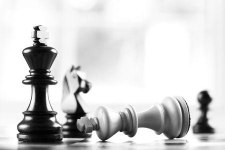 tablero de ajedrez: jaque blancos negros derrotas rey enfoque selectivo
