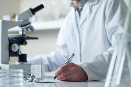 investigador cientifico: cient�fico de investigaci�n con enfoque selectivo de microscopio