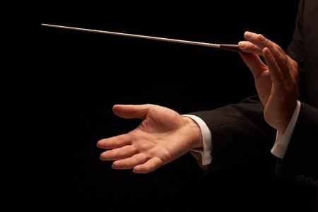 Dirigent uitvoeren van een orkest geïsoleerd op zwarte achtergrond