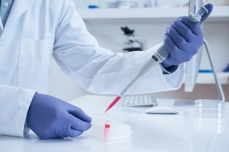 bioteknik: Forskare bearbetning DNA-prov i laboratorium selektiv fokus