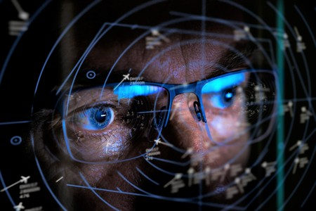 Nahaufnahme des Fluglotsen, der den bildschirmselektiven Fokus betrachtet