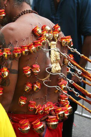 procession: las perforaciones en los devotee mueven hacia atr�s, procesi�n de Thaipusam, Singapur