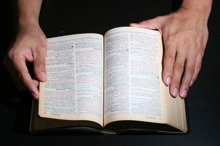 vangelo aperto: Christian detiene una Bibbia con due mani  Archivio Fotografico