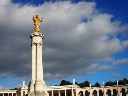 sacre coeur: Monument au Sacré-C?ur de Jésus en face du sanctuaire de Notre-Dame de Fatima au Portugal sous une tempête imminente, Portugal Banque d'images