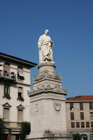 uitvinder: Standbeeld van Alessandro Volta, de uitvinder van de elektrische batterij, op het Piazza Volta in Como, Italië