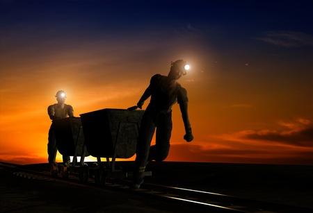 mijnbouw: Silhouetten van de werknemers in de nachtelijke hemel