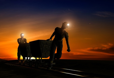 trabajando duro: Siluetas de los trabajadores en el cielo nocturno